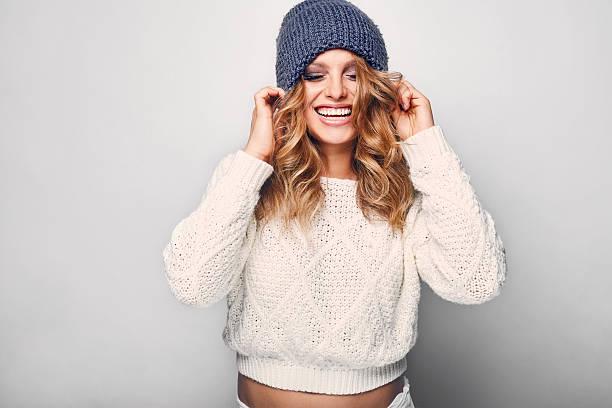 retrato de mujer hermosa rubia - moda de invierno fotografías e imágenes de stock