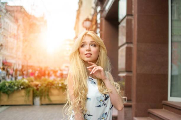 porträt von schönen blonden mädchen auf der stadtstraße. - barbiekleidung stock-fotos und bilder