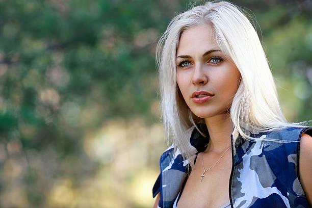 Porträt von schöne blond Frau im camouflage – Foto