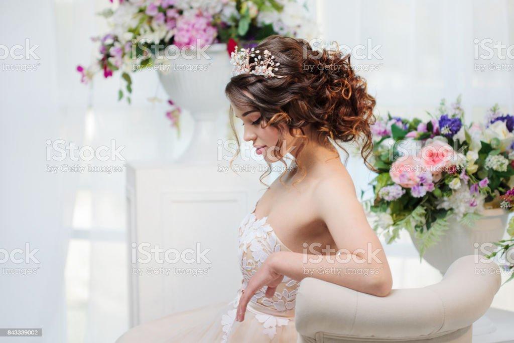 Retrato de una hermosa novia en vestido de novia - foto de stock