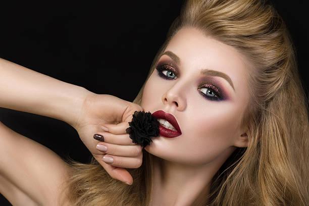 porträt von schöne brunet frau mit mode-make-up - goldenes augen make up stock-fotos und bilder