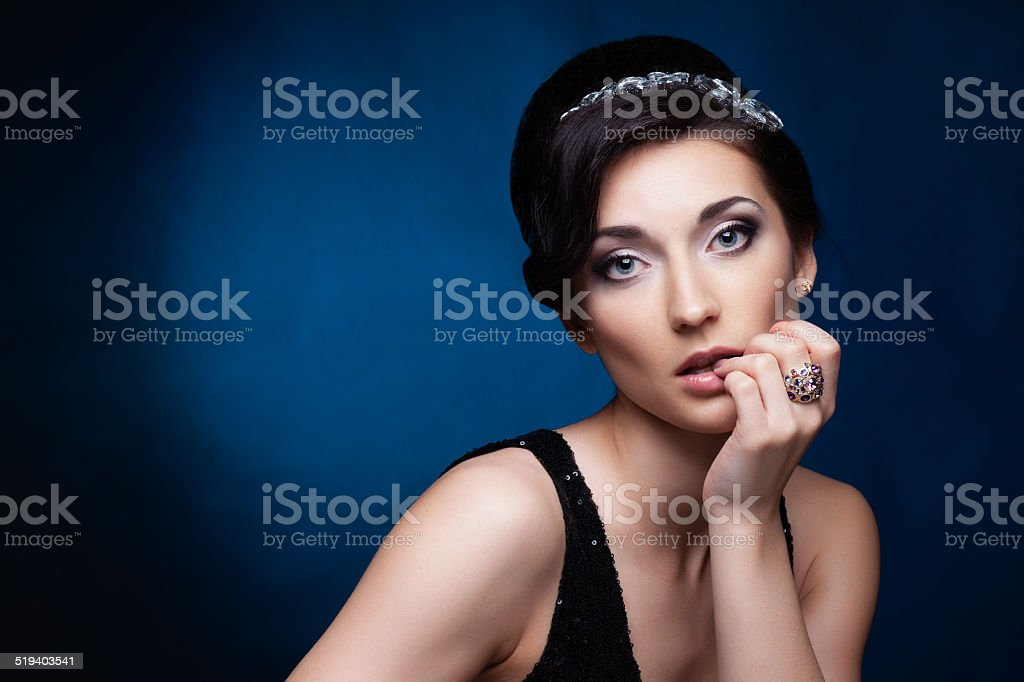 55a18b20f04 Portrait de beauté brunette femme en robe noire. Trousse de maquillage  photo libre de droits
