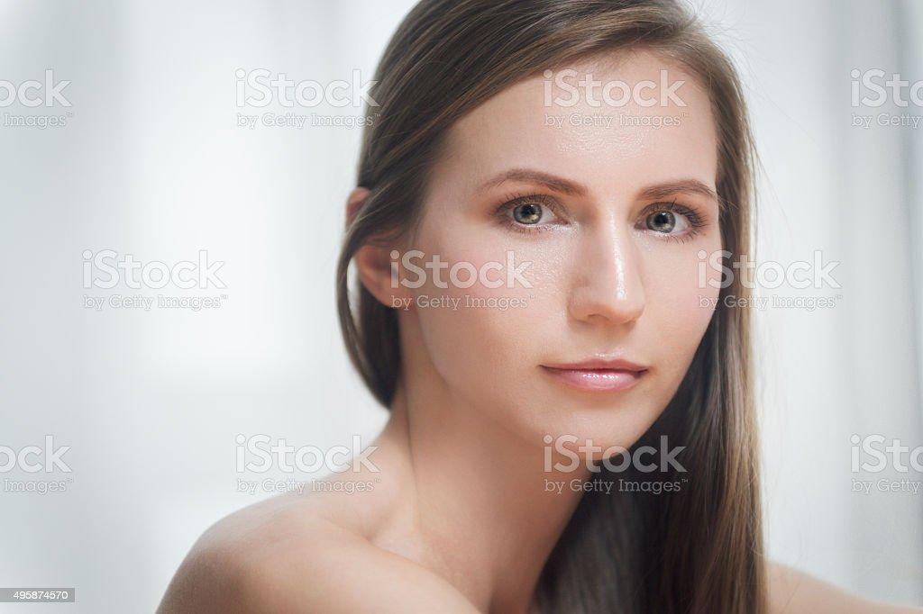 Портрет красивая брюнетка молодая женщина стоковое фото