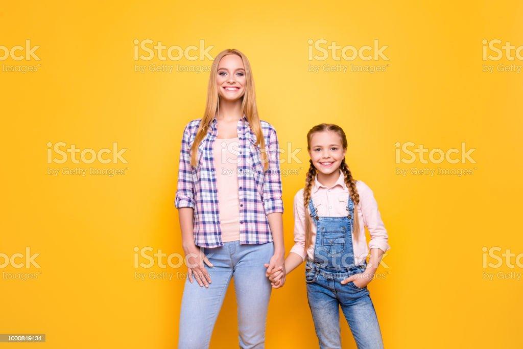 bbfe79d379f2b Porträt der schönen fröhlichen froh schön zwei mit toothy Lächeln Schwestern.  Süße bezaubernd schönen mädchenhaften