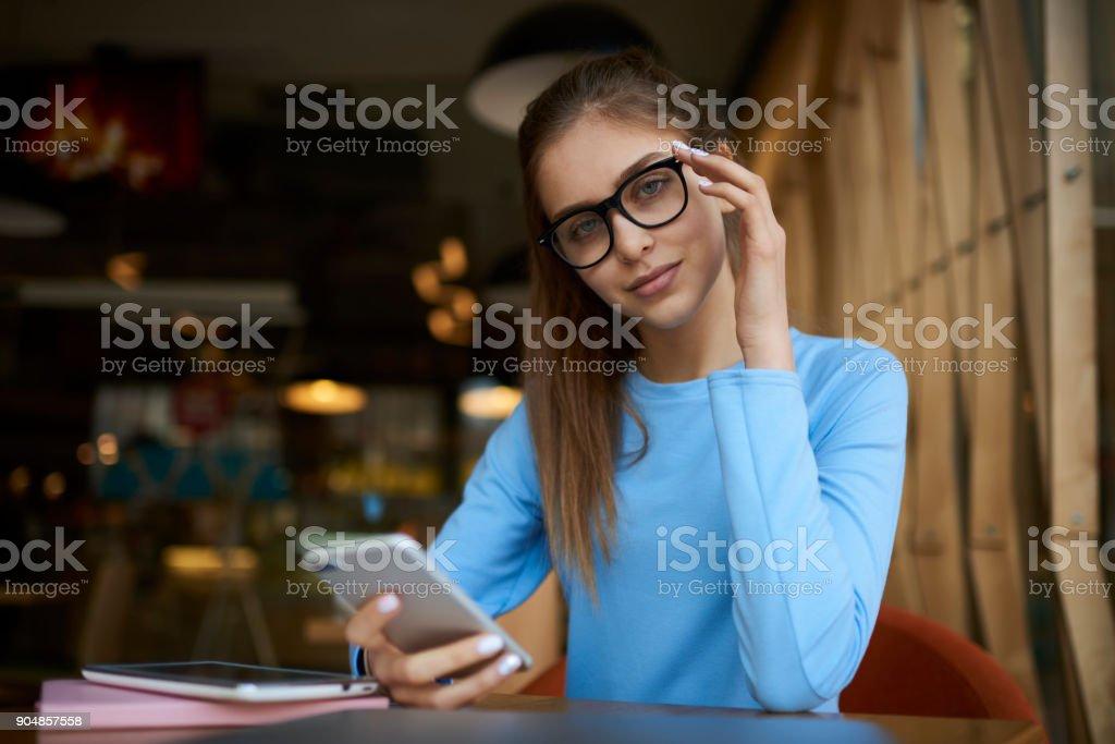 Foto De Retrato Da Bela Adolescente Confiante Vestido Com