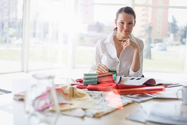Porträt von schönen Mode-designer Sitzen am Schreibtisch im Büro – Foto