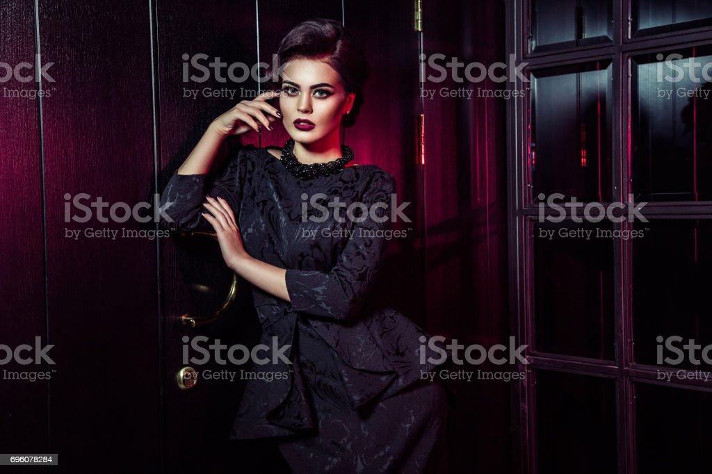 Klassiek Zwart Jurkje.Portret Van Mooie Mannequin In Klassieke Zwarte Jurk Makeup En