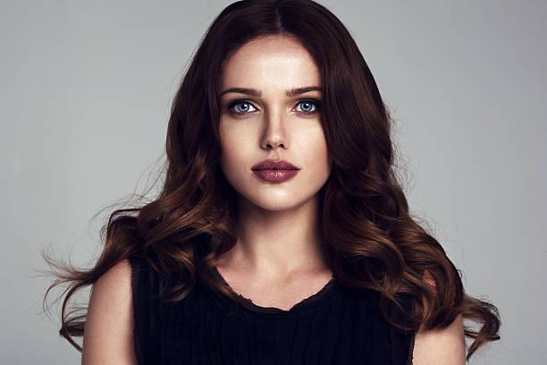 Retrato da bela modelo feminino em Fundo cinza - foto de acervo