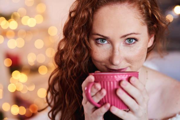 porträt von schönen mädchen trinken tee oder kaffee - gesichtertassen stock-fotos und bilder