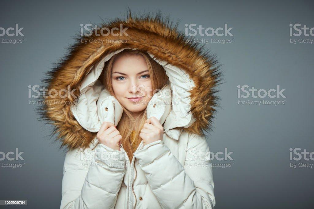 Porträt von schönen Mädchen in Wintermantel – Foto