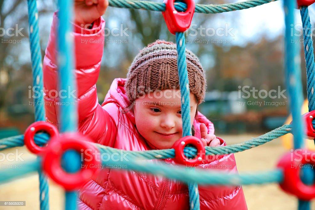 Ritratto di bella ragazza sul campo di gioco - foto stock