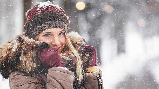 porträt von schönen mädchen im freien und mit - gute winterjacken stock-fotos und bilder