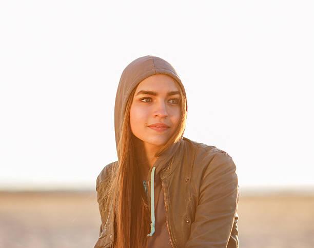 porträt von schönen mädchen - lederjacke mit kapuze damen stock-fotos und bilder