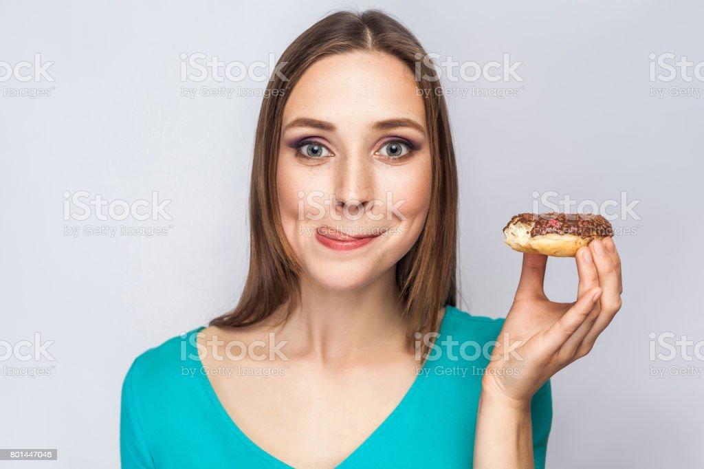 Retrato de uma menina bonita com donuts de chocolate. - foto de acervo