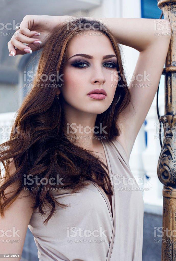 Dunkle augen frau haare blaue Kurze Haare