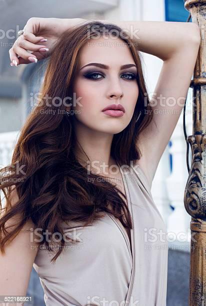 Dunkle haare blaue augen
