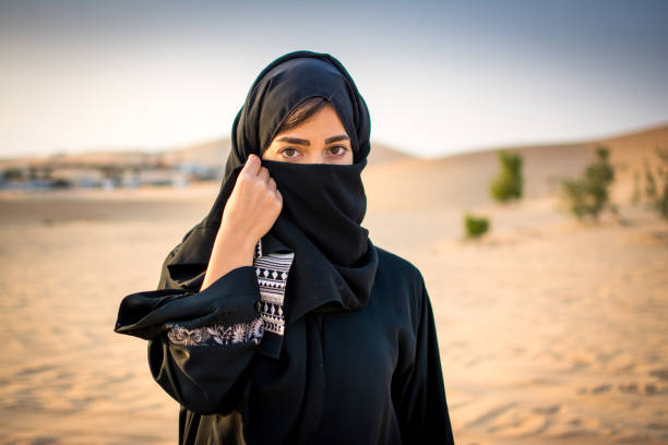 porträt der schönen muslimin, die traditionelle arabische kleidung zu tragen, in der wüste. - burka stock-fotos und bilder