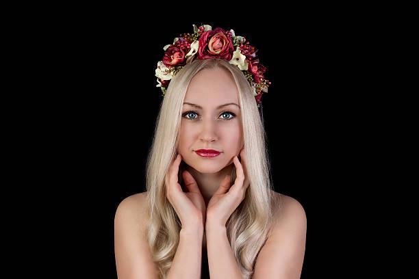 Porträt der schöne Nackte Frau in Blumen-Krone – Foto