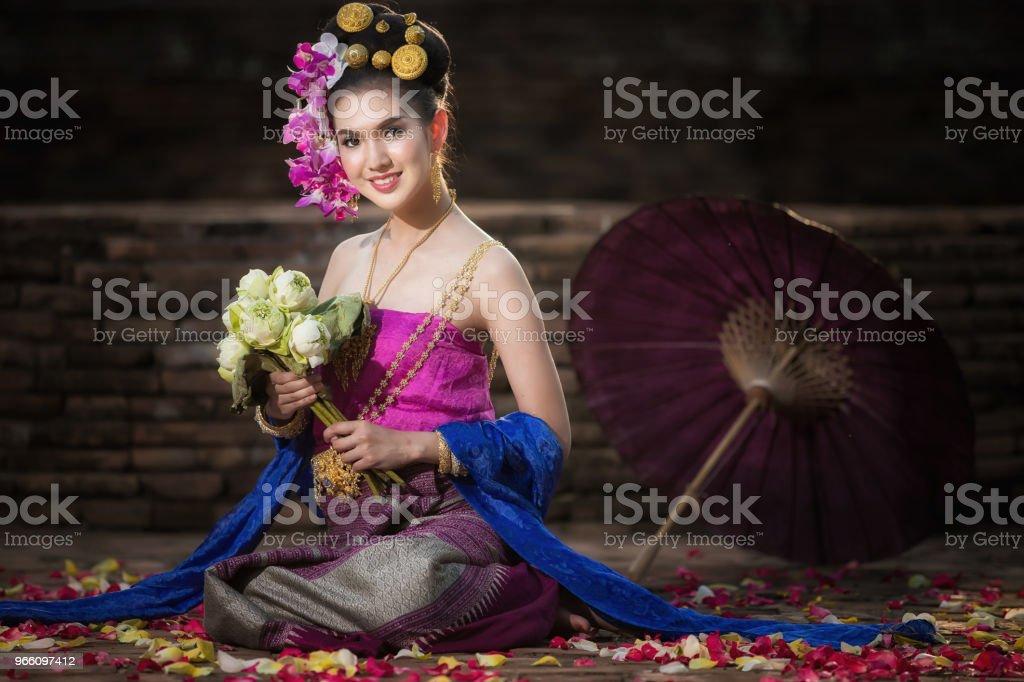 Портрет красивая сельская женщина тайский носить тайское платье в Чиангмай, Таиланд - Стоковые фото Азиатского и индийского происхождения роялти-фри