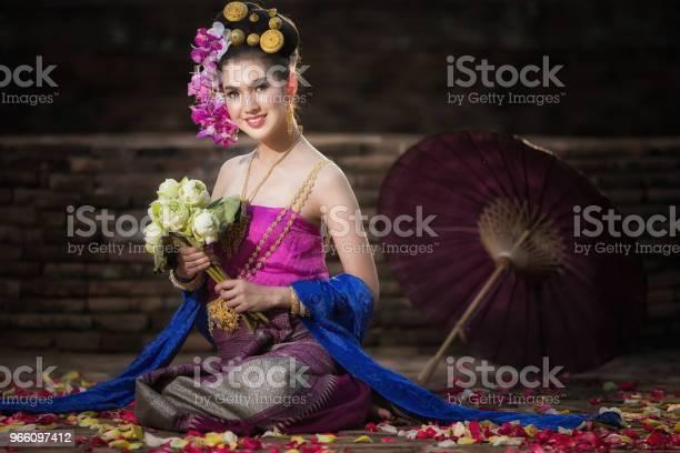 Портрет Красивая Сельская Женщина Тайский Носить Тайское Платье В Чиангмай Таиланд — стоковые фотографии и другие картинки Азиатского и индийского происхождения