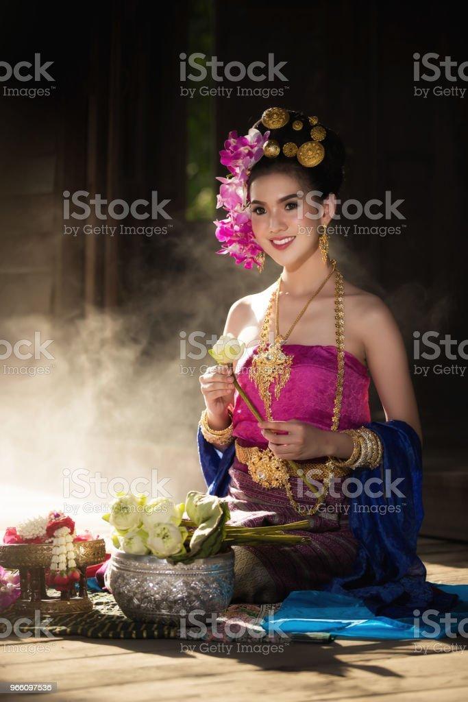 Porträtt av vackra landsbygden thailändska kvinna bära thailändska klänning i Chiang Mai, Thailand - Royaltyfri Asiatiskt och indiskt ursprung Bildbanksbilder