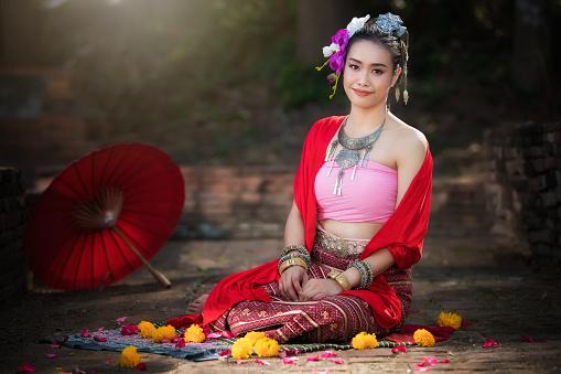 Portret Van Mooie Landelijke Thaise Vrouw Thaise Jurk Dragen In Chiang Mai Thailand Stockfoto en meer beelden van Antiek - Toestand
