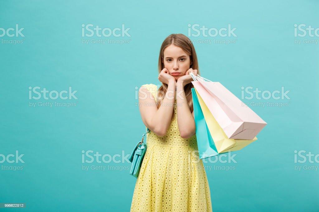 5e92d34bb14a Retrato De Hermosa Mujer Joven Seria Con Bolsa Sobre Fondo Azul ...