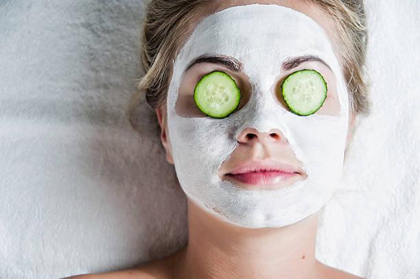 porträt von wunderschönen spa-mädchen. schönheit und gesundheit. - gurkenmaske stock-fotos und bilder