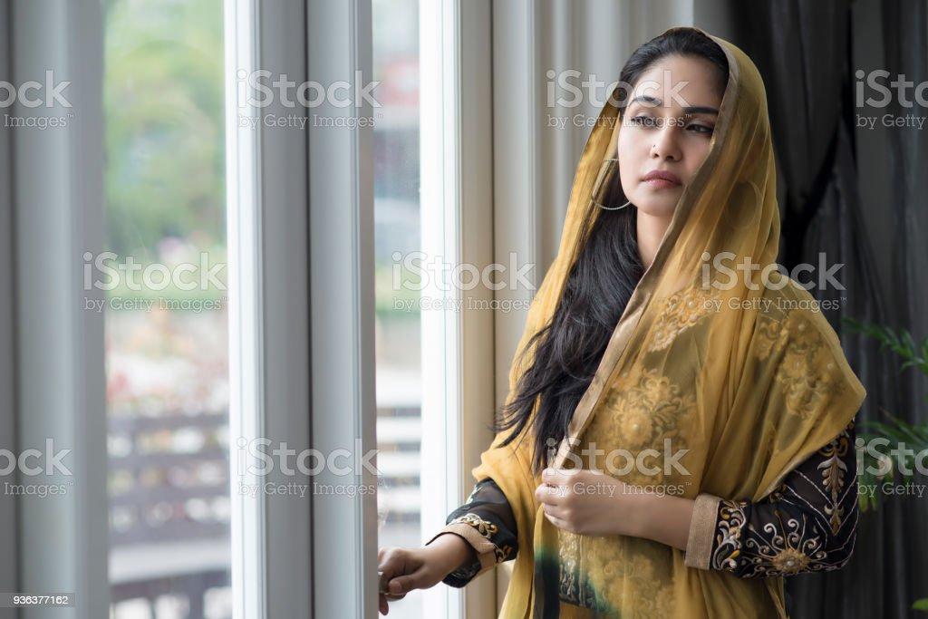Retrato del look de moda de estilo árabe mujer hermosa. - foto de stock