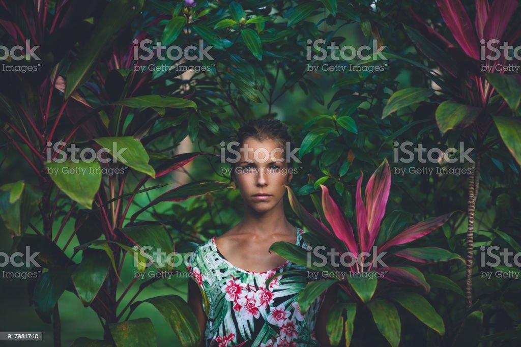 Portrait der schönen Frau im Regenwald – Foto