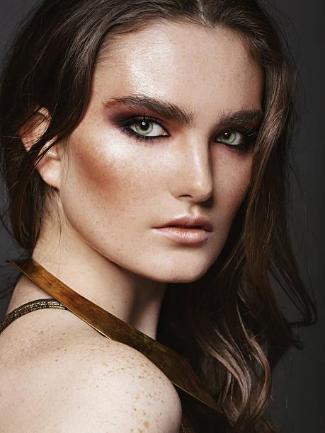 porträt der schönen frau - goldenes augen make up stock-fotos und bilder