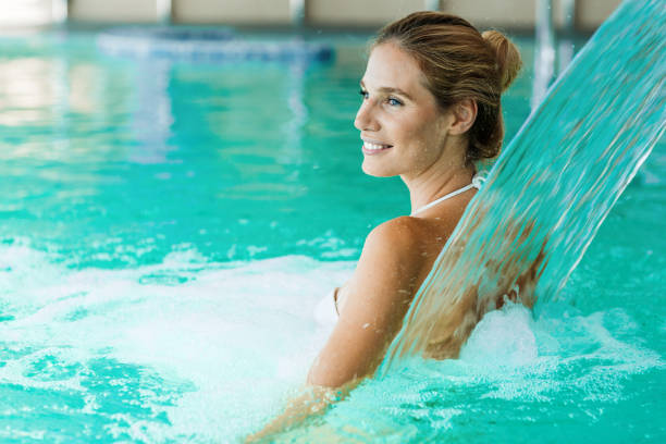 수영장에서 휴식 하는 아름 다운 여자의 초상화 - 헬스 스파 뉴스 사진 이미지