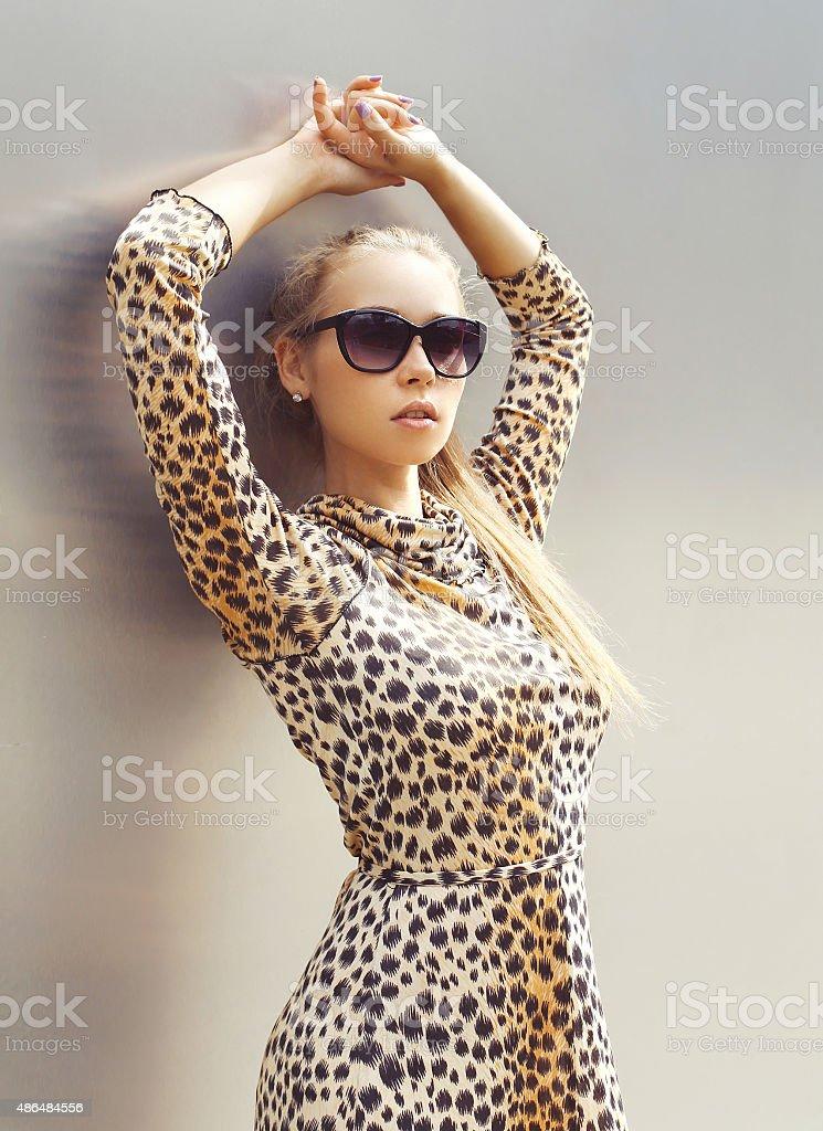 Portrait de la Belle femme portant une robe léopard et lunettes de soleil  photo libre de 290ae558ca23