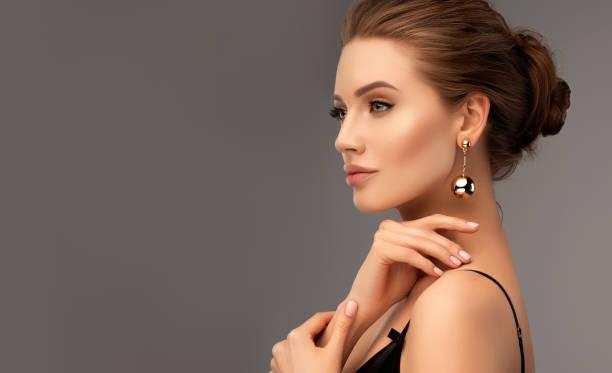 verticale de belle femme avec un regard brumeux. maquillage et cosmétiques. - mannequin photos et images de collection