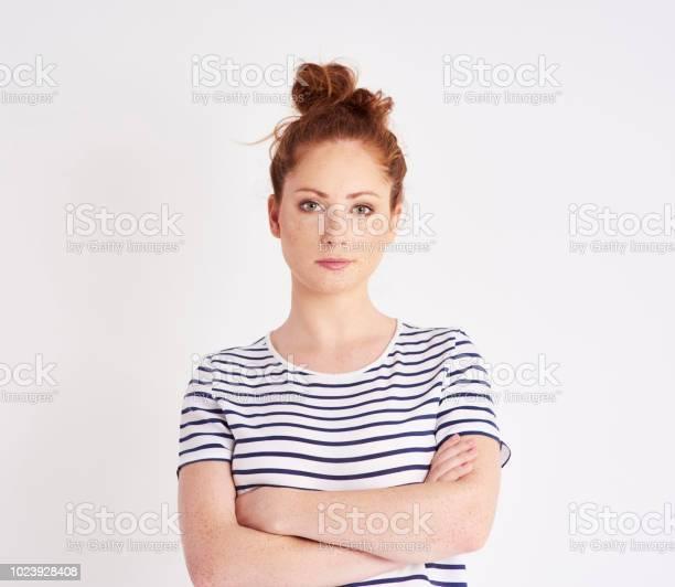 スタジオ撮影で交差した腕を持つ美しい女性の肖像画 - 1人のストックフォトや画像を多数ご用意