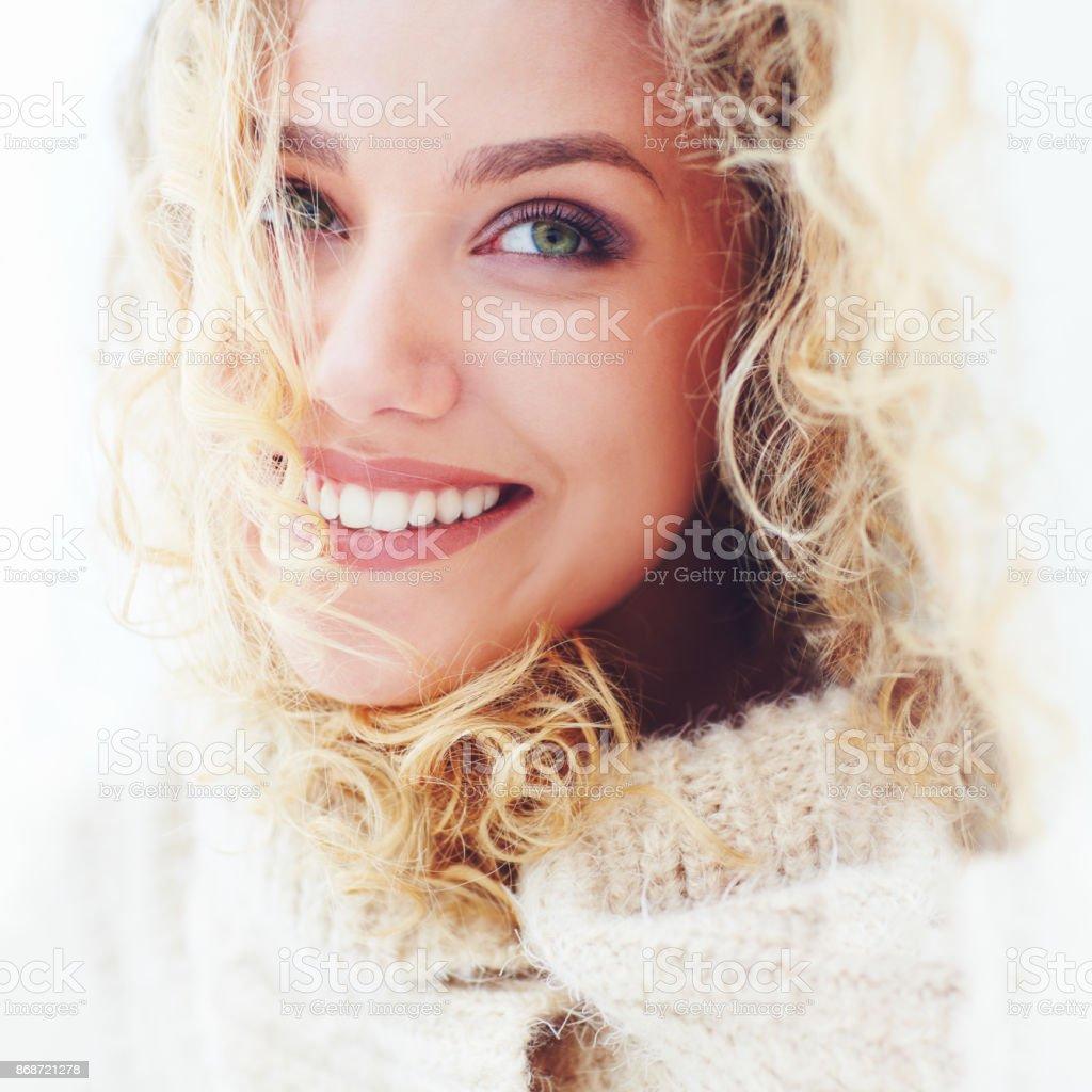 Portrait der schönen Frau mit lockigem Haar und entzückenden Lächeln – Foto