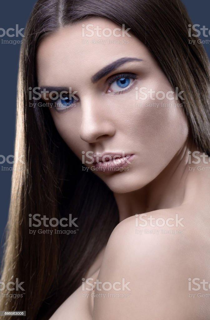Portrait of beautiful woman with glistening hair in studio photo libre de droits