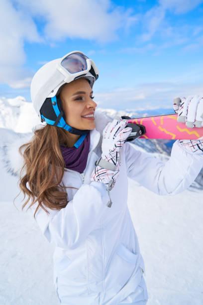 겨울 산에서 스키와 스키 정장아름다운 여자의 초상화. 스톡 사진