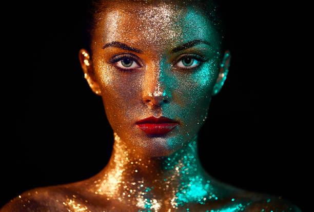 portrait der schönen frau mit funkelt im gesicht - regenbogen make up stock-fotos und bilder