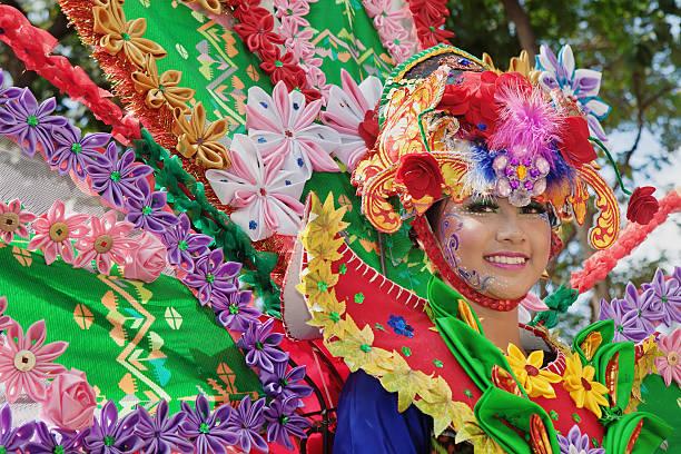 porträt von schöne junge balinesische frau in exotische tänzerin kostüm - jugendweihe 2016 stock-fotos und bilder