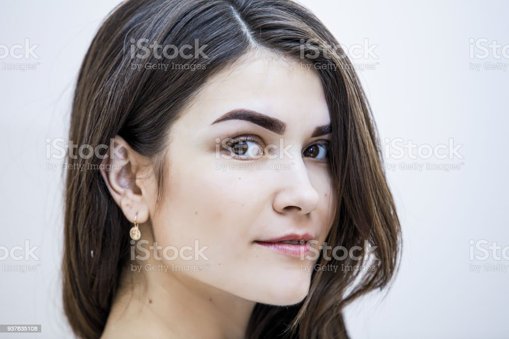 Porträt von schöne junge Brünette Frau mit perfekten Augenbraueform auf hellem Hintergrund – Foto