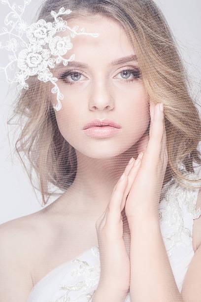 porträt von schönen jungen mode braut, isoliert auf weißem hintergrund - ohrringe tropfen stock-fotos und bilder