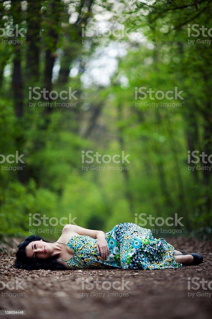 Porträt von wunderschönen jungen Mädchen, die Entspannung im park – Foto