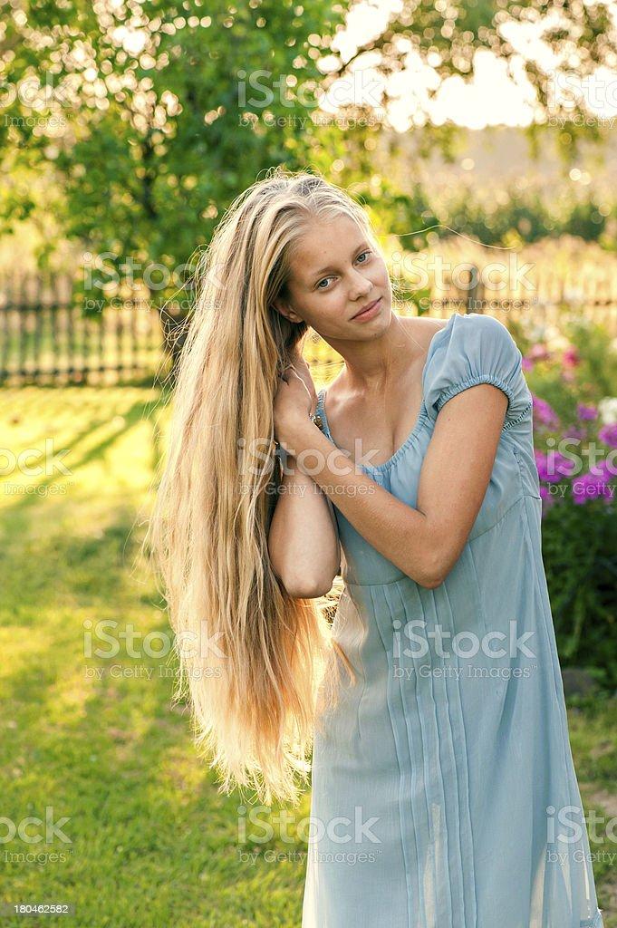 mädchen mit langen blonden haaren