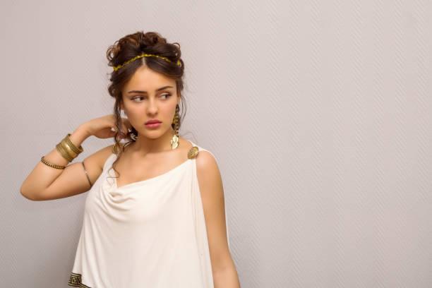 porträt von schöne junge griechin im antiken weißen toga, suche seite mit textfreiraum - toga kostüm stock-fotos und bilder
