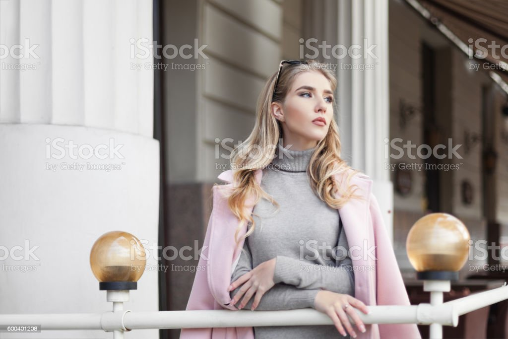 Portrait of beautiful young thinking woman looking aside. Waist up – Foto