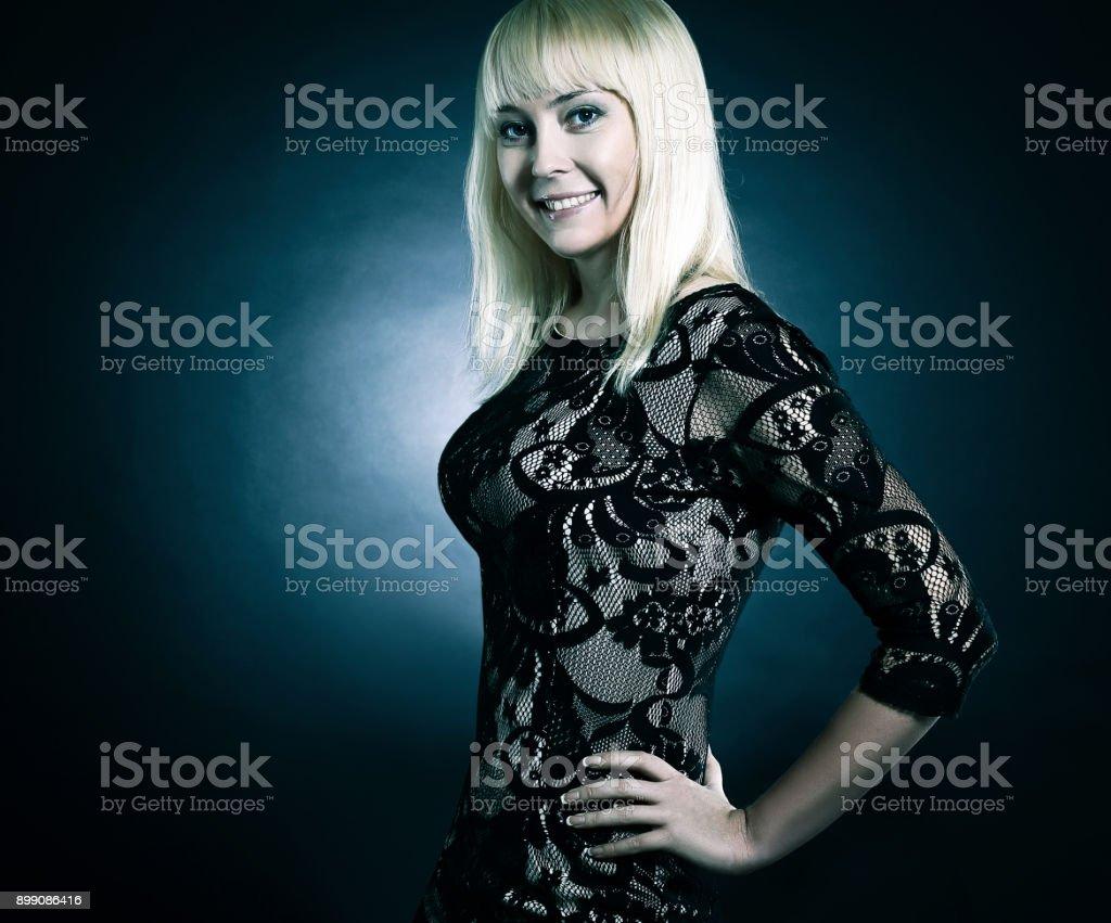 retrato de mulher jovem e bonita no vestido preto de noite - foto de acervo