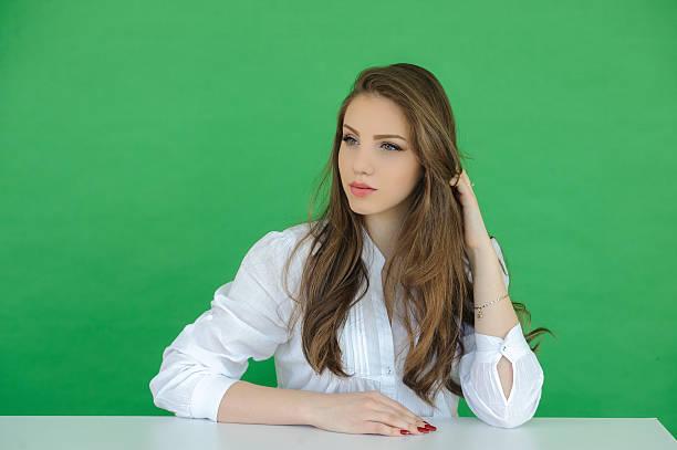 Porträt von schöne Junge Frau über green-screen-Hintergrund – Foto