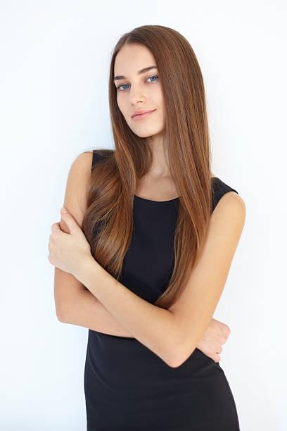 portrait d'une belle jeune femme - cheveux lisses photos et images de collection