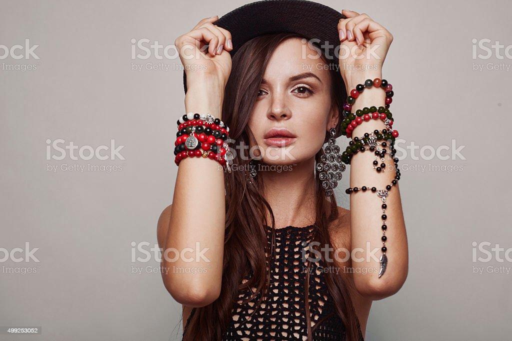 Retrato de bella mujer joven - foto de stock